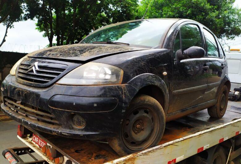Carro furtado é encontrado abandonado em canavial