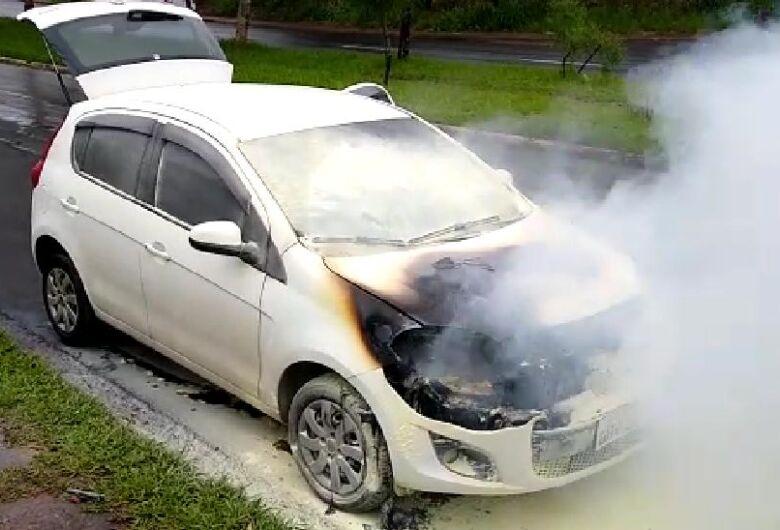 Fogo consome motor de carro na região da rotatória do Cristo