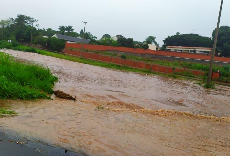 Inundações e transtornos em mais uma tarde de chuva forte em São Carlos