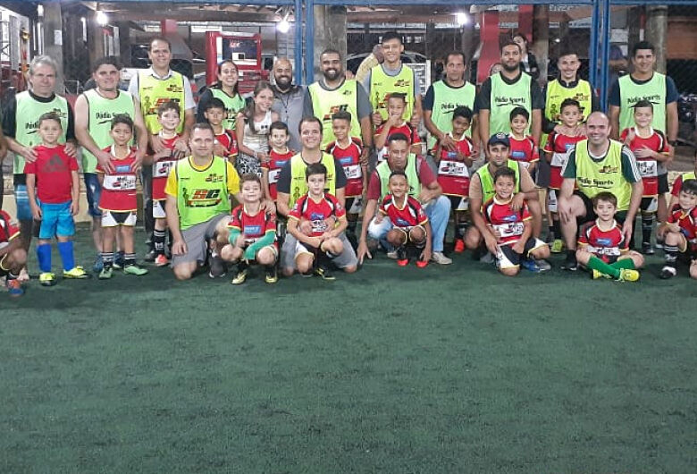 Mult Sport une pais e alunos dentro de campo