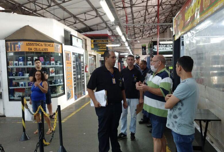 Em blitz, Guarda Municipal, Polícia Militar e fiscais orientam comerciantes e fecham lojas