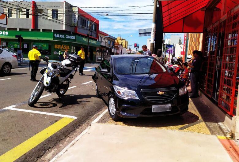 Motorista bate em carro estacionado e alega que levou fechada no trânsito