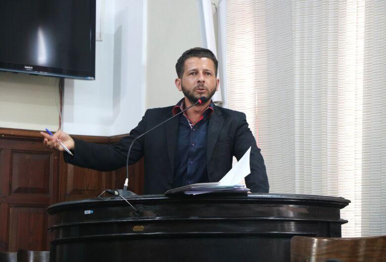 Vereador Elton Carvalho questiona demora na contratação de médicos e enfermagem no quadro da Prefeitura