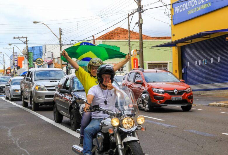 Empresários e comerciantes fazem buzinaço para pedir reabertura do comércio em São Carlos