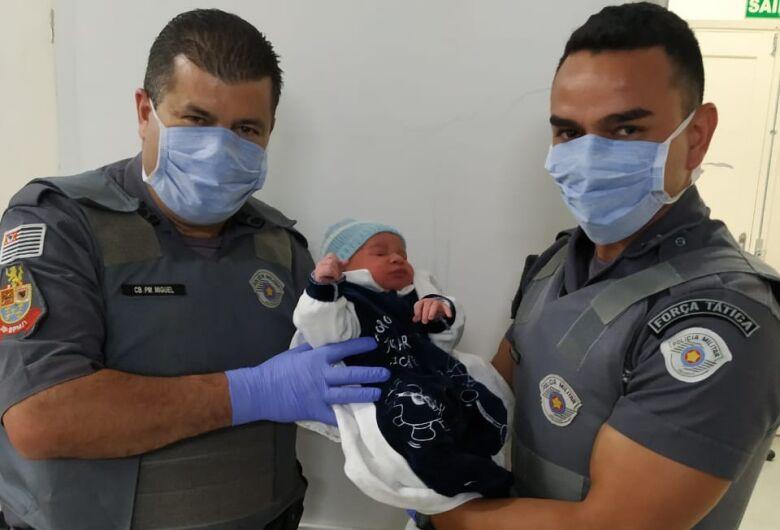 Gestante entra em trabalho de parto e recebe ajuda de policiais militares em São Carlos