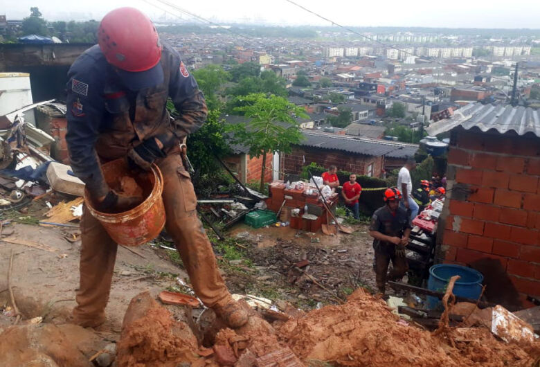 Sobe para 16 o número de mortos após fortes chuvas na Baixada Santista