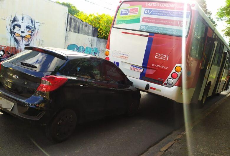 Gestante bate a barriga no volante após colidir em ônibus