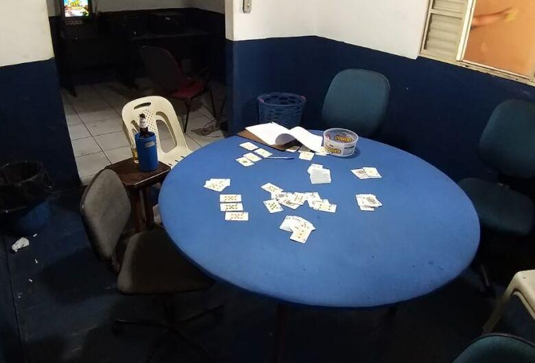 Força-tarefa interdita cassino clandestino que reunia várias pessoas na Vila Prado