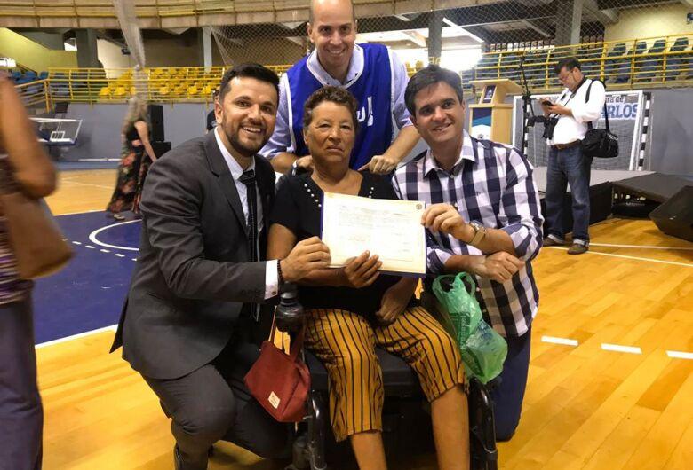 Vereador Rodson comemora entrega de títulos de propriedade aos moradores do CDHU