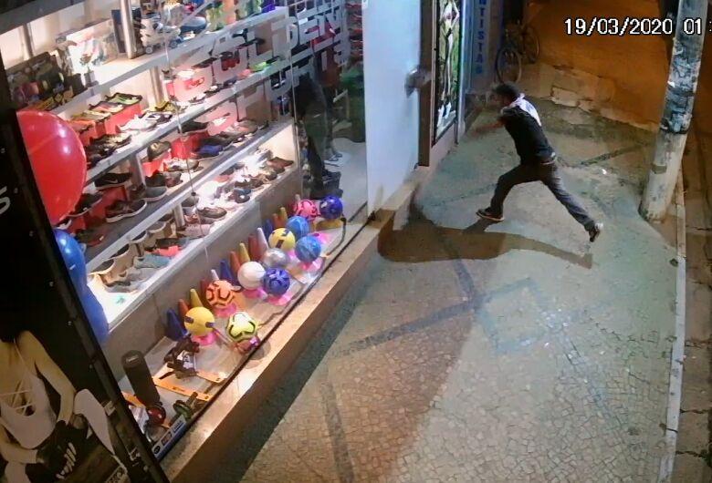 Câmera de segurança flagra ação de ladrões em loja no Centro