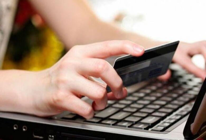 Mulher compra carro de leilão pela internet, descobre que caiu em golpe e perde R$ 15 mil