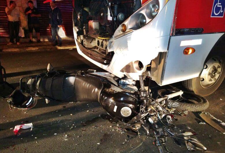 Entregador quebra as duas pernas ao bater moto contra ônibus