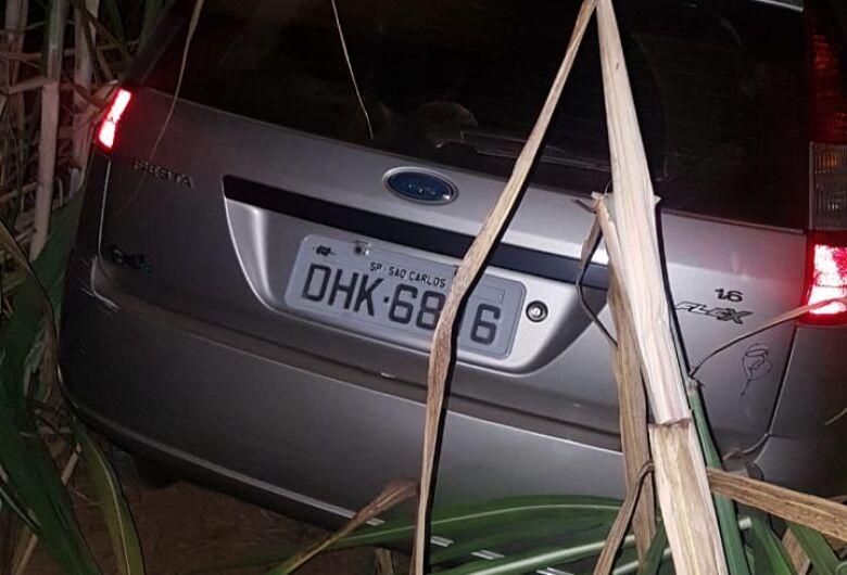 Carro roubado é localizado em mata na Guilherme Scatena