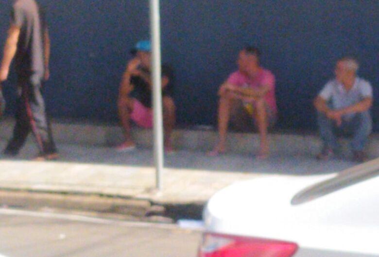 Moradores de rua incomodam comerciantes, motoristas e pedestres no Cruzeiro do Sul