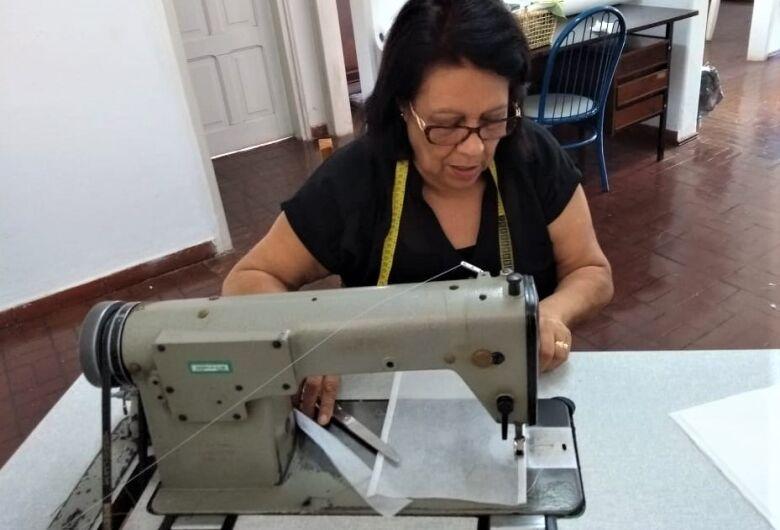 Voluntários confeccionam aventais e máscaras para ajudar os profissionais da Santa Casa