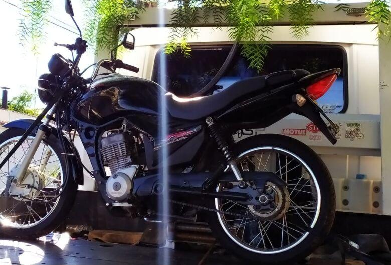 Moto abandonada é recolhida ao pátio municipal pela PM