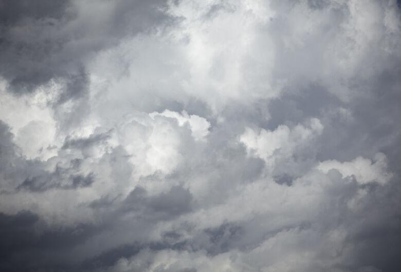 Terça-feira começa com céu nublado e pode chover a qualquer momento do dia