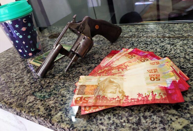 Jovem é preso por porte ilegal de arma e por repassar cédulas de dinheiro manchadas em postos de combustíveis