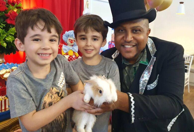 Mágico são-carlense fará um show de mágica para crianças de 0 a 100 anos