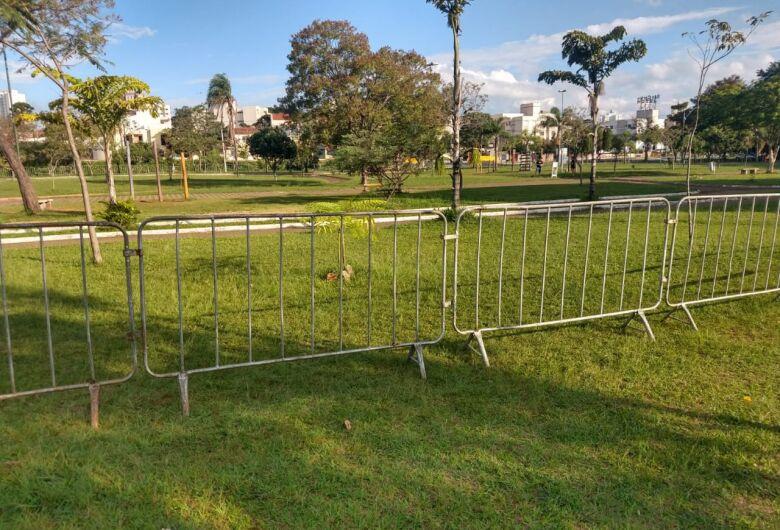 Prefeitura coloca barreiras para evitar aglomeração de pessoas no Parque do Kartódromo