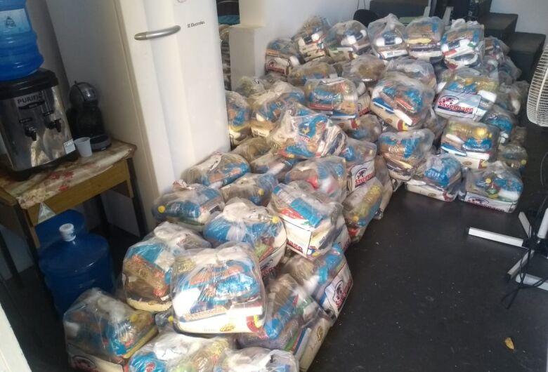Prefeitura entrega cestas básicas para ambulantes, catadores de recicláveis e famílias da economia solidária