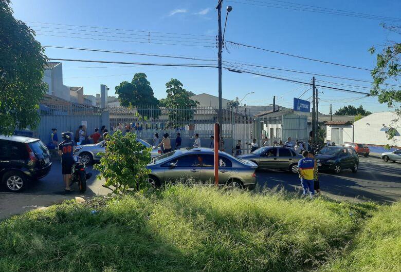 Consumidores enfrentam fila para comprar gás de cozinha em São Carlos