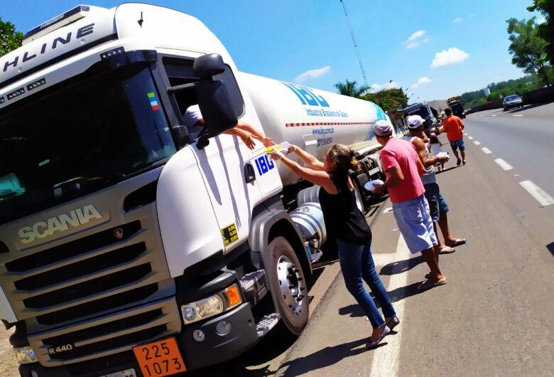 """Amigos """"param"""" rodovia para fornecer alimentos para caminhoneiros"""