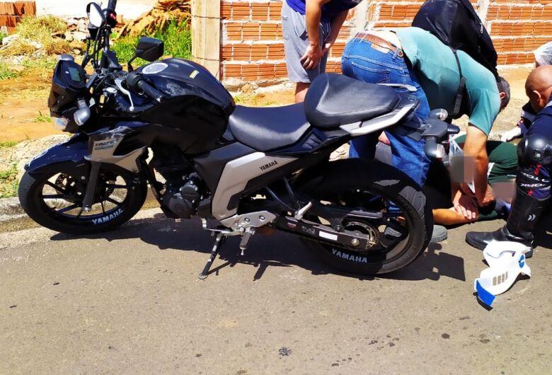 Motociclista atinge traseira de perua estacionada no Santa Maria