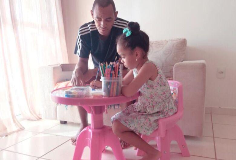 Papai técnico é amigo nas brincadeiras da filha e aluno em isolamento social; a vida de Marcus Vinícius