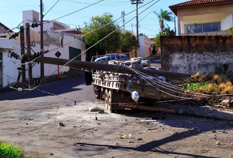 Caminhão carregado com sacos de cimento derruba poste e bairros ficam sem energia