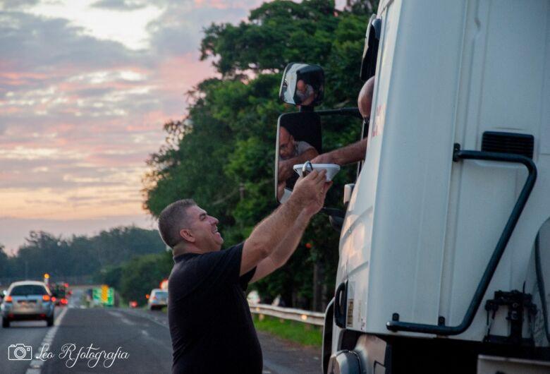 Voluntários do Bem ajudam caminhoneiros, moradores de rua e famílias carentes