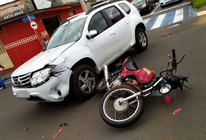 Motoboy é arremessado à distância após colisão na Carlos Botelho