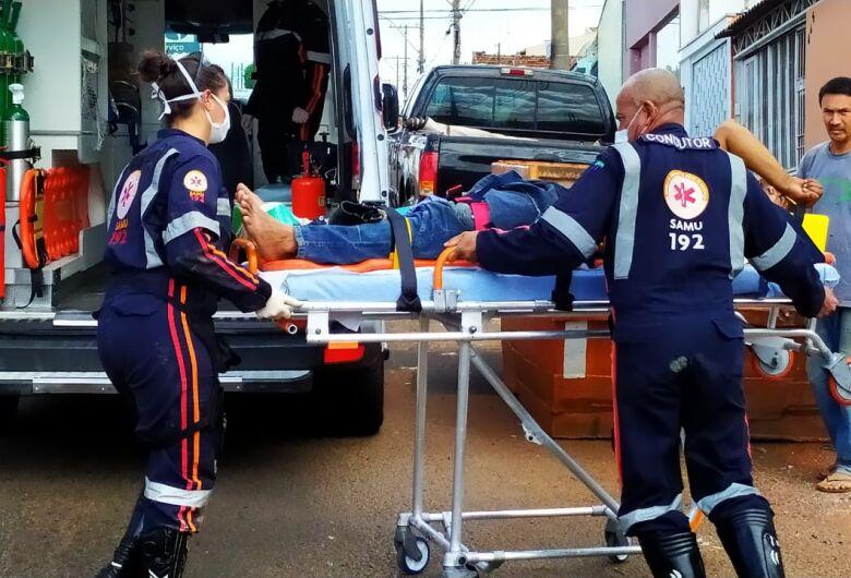 Homem invade obra, sobe em telhado, cai e quebra o tornozelo