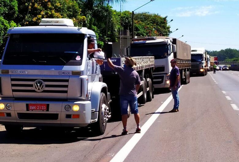 """Amigos Caminhoneiros entregam 600 refeições para os """"irmãos da estrada"""""""