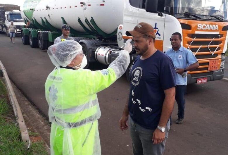 Caminhoneiros recebem vacina contra gripe na Rodovia Washington Luís, em São Carlos
