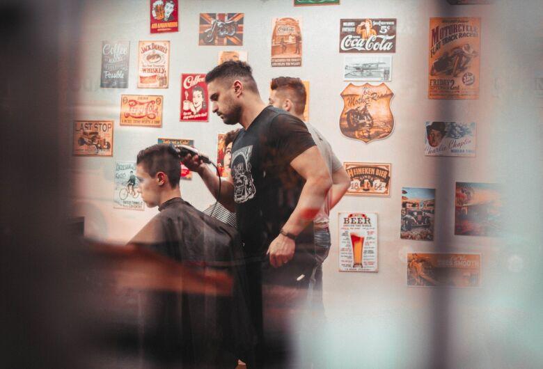 Barbeiros e salões de beleza podem retomar atividades a partir de segunda-feira (1º)
