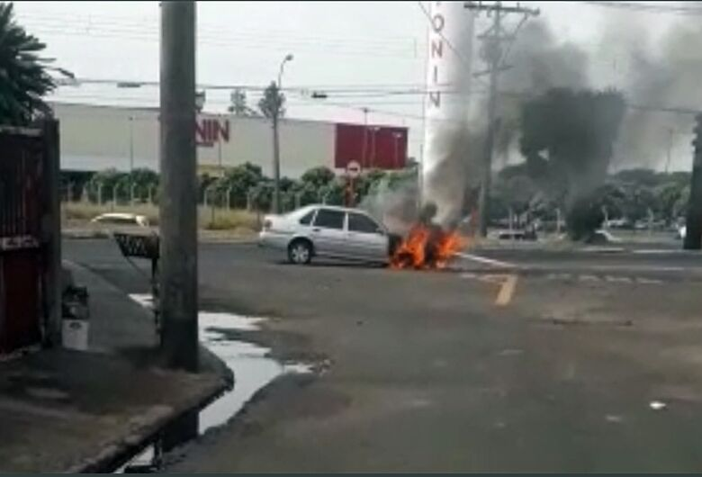 """Carro pega fogo na """"rotatória do avião""""; veja vídeo"""