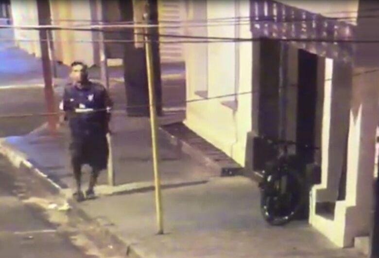 Câmeras da GM flagram suspeito tentando arrombar loja de roupas no Centro; veja vídeo