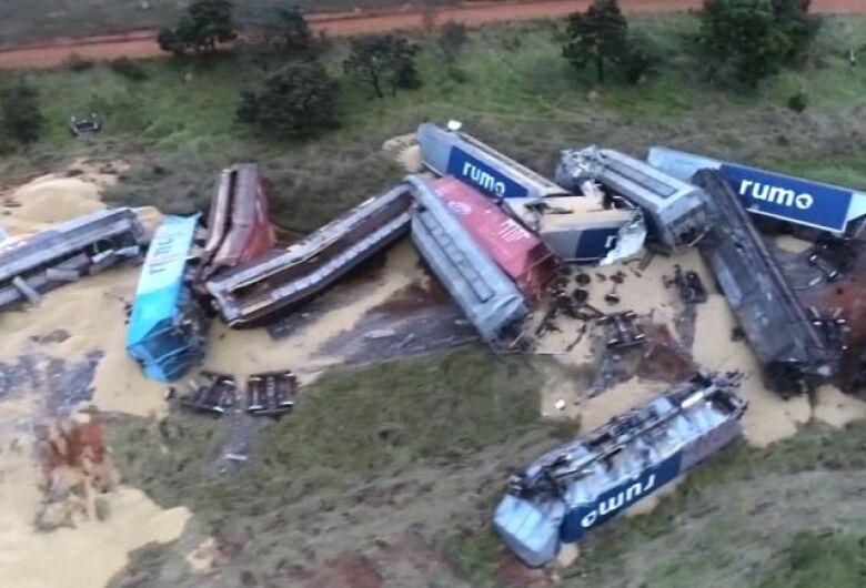 Trem carregado com soja que passaria por São Carlos descarrila e 17 vagões tombam no MS