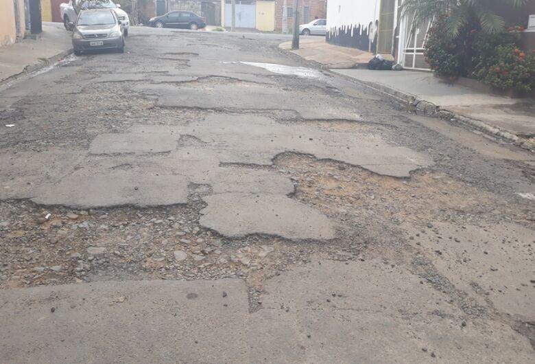 Vereador Sérgio Rocha faz apelo ao prefeito para agilizar recape de ruas no bairro Romeu Tortorelli