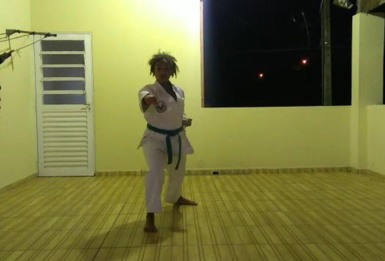 Durante três horas, 40 karatecas de quatro cidades mostram talento em torneio virtual