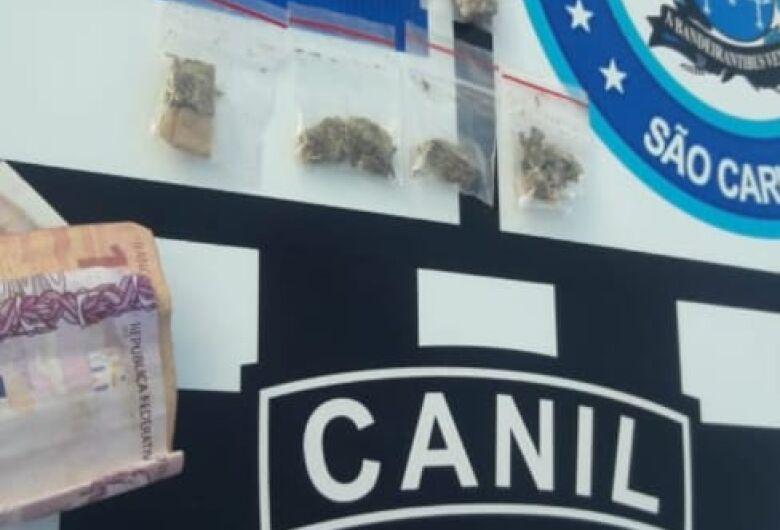 Suspeitos são detidos com drogas em arquibancada de campo de futebol