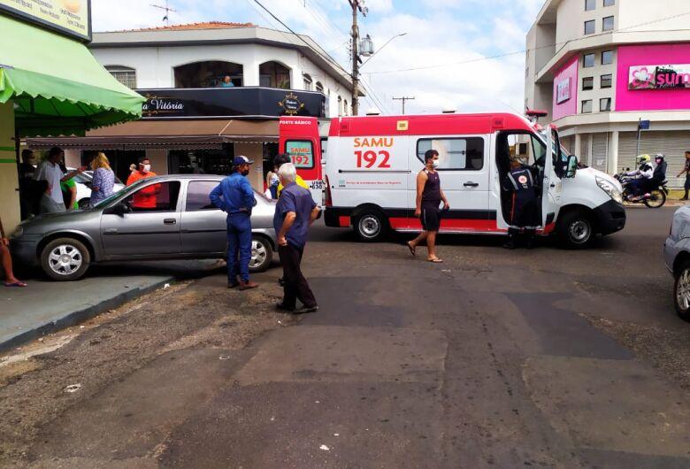 Após colisão na Vila Prado, Corsa sobe em calçada