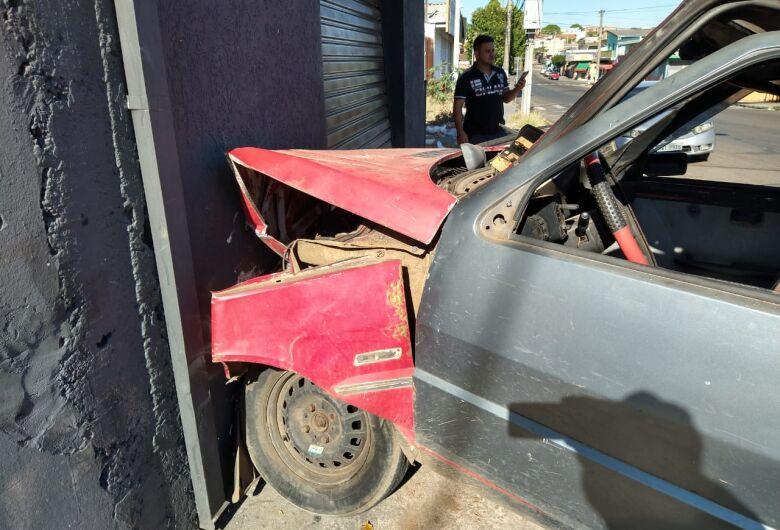 Carro bate em parede de oficina no Cidade Aracy