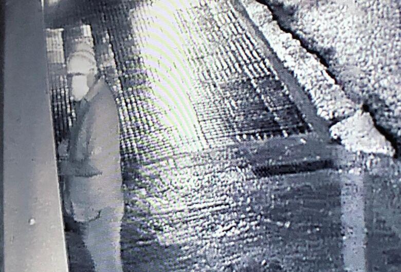Ladrão, com máscara e gorro furta fechaduras de três casas no centro