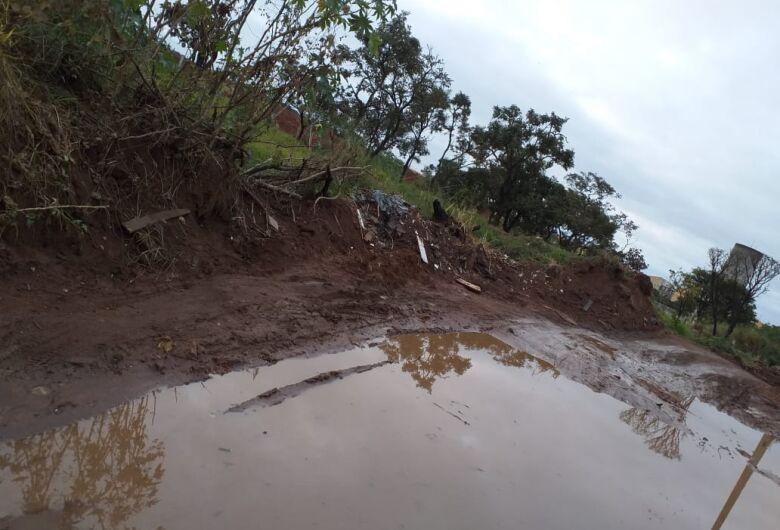 Avenida sem asfalto acumula água da chuva na região do CDHU