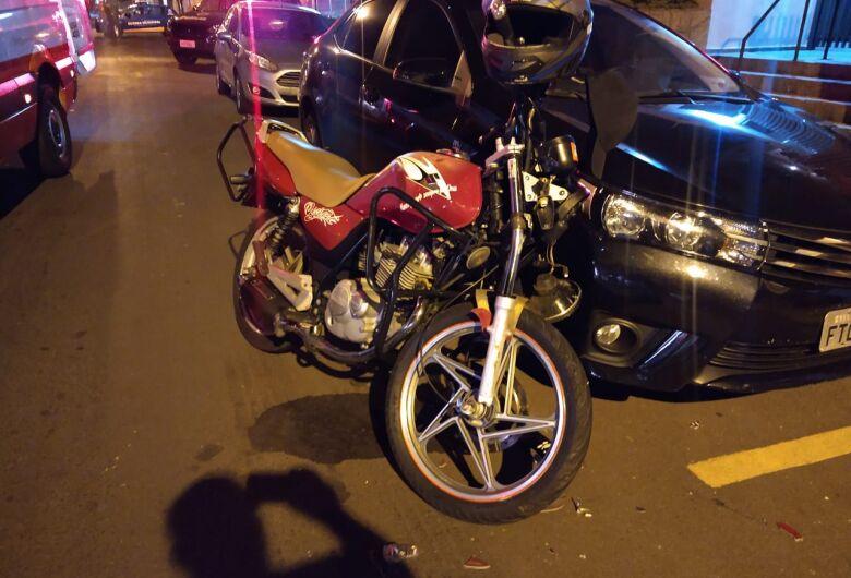 Colisão entre carro e moto deixa jovem ferido na Vila Nery