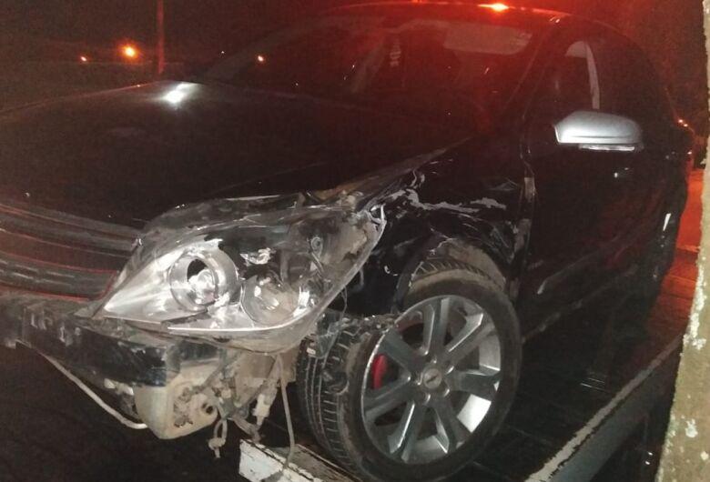 Motorista bate em carro estacionado na Capitão Luís Brandão