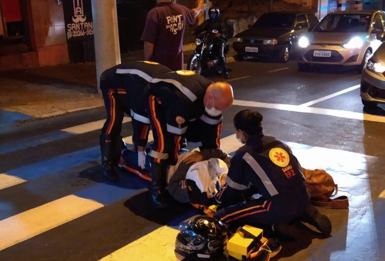 Motociclista fica ferida ao escorregar em faixa de pedestres