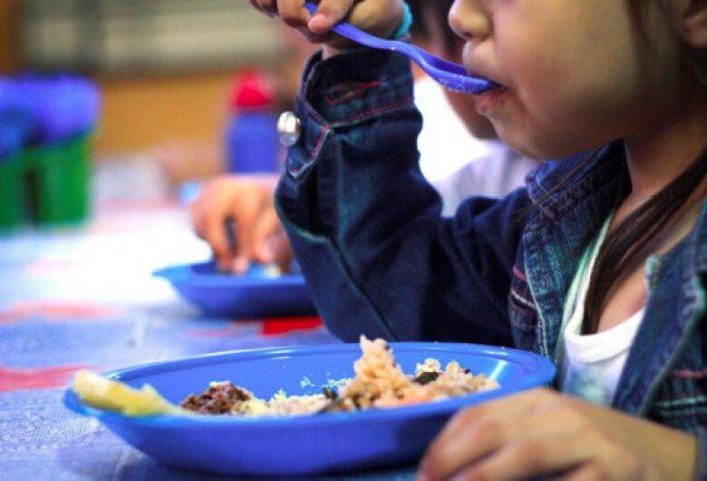 Cartões vale-alimentação para alunos da rede municipal devem chegar até o final da semana, diz prefeitura